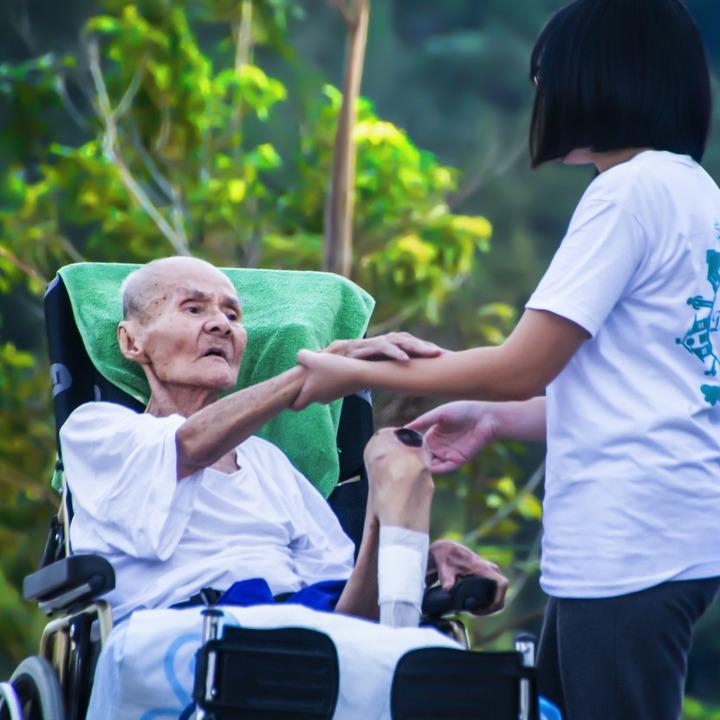 要介護者のサポートを行う介護士